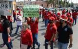 Una de sus principales peticiones a la empresa Teléfonos de México es hacer respetar el contrato colectivo de trabajo a los empleados. Fotos. Jesús Gutiérrez | El Sol de Irapuato